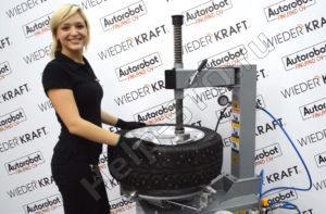 Девушка монтирует шину на станке WiederKraft WDK-752122